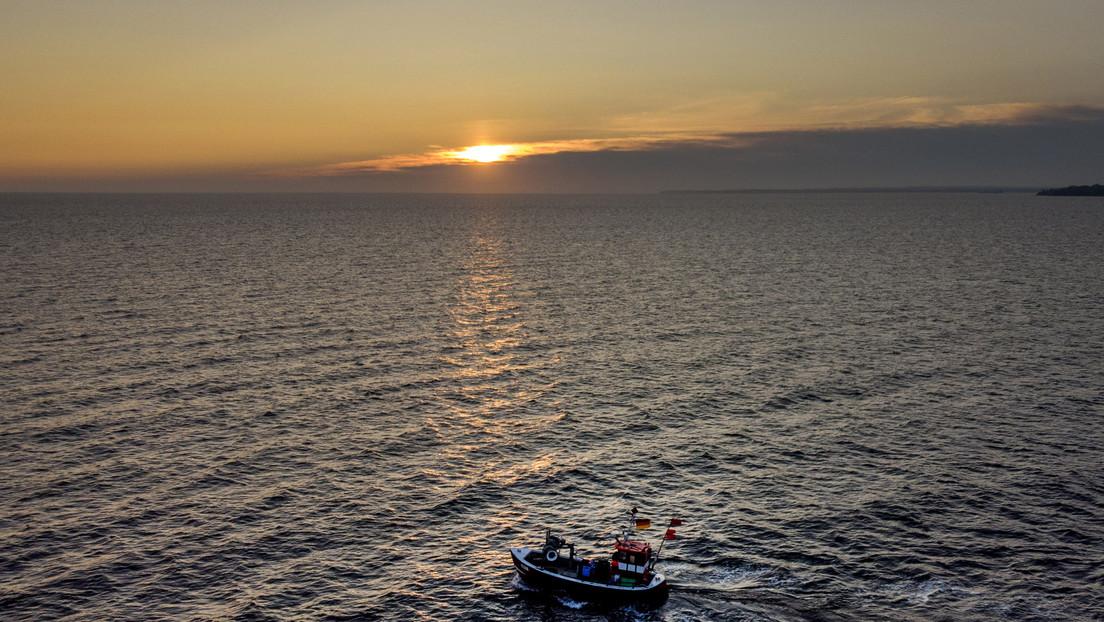Un pescador griego atrapa a una persona muerta en sus redes y la arroja de regreso al mar