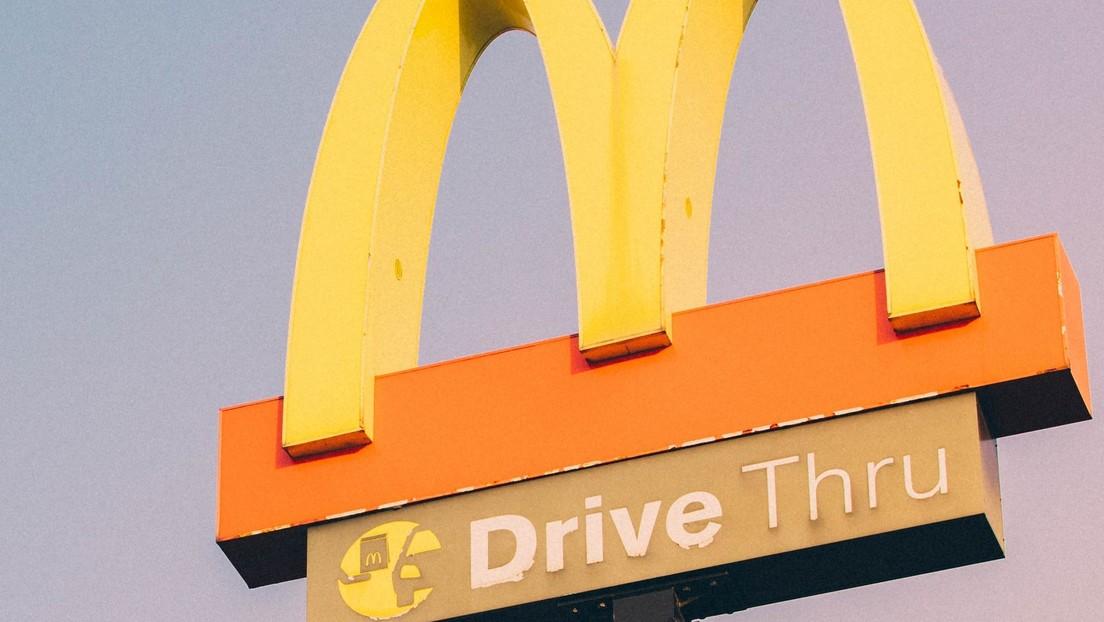 Un hombre muere tras ser aplastado por su propio coche en Canadá, mientras intentaba recoger su tarjeta en un servicio al auto de McDonald's