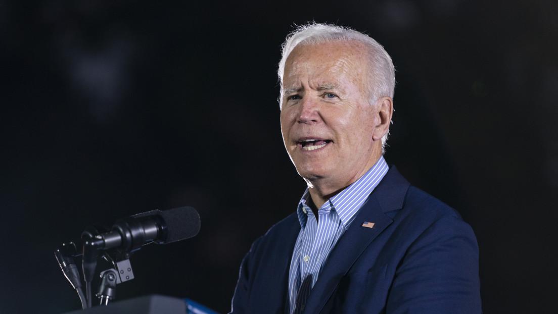 VIDEO: Biden se santigua tras referirse a Trump durante un acto de campaña