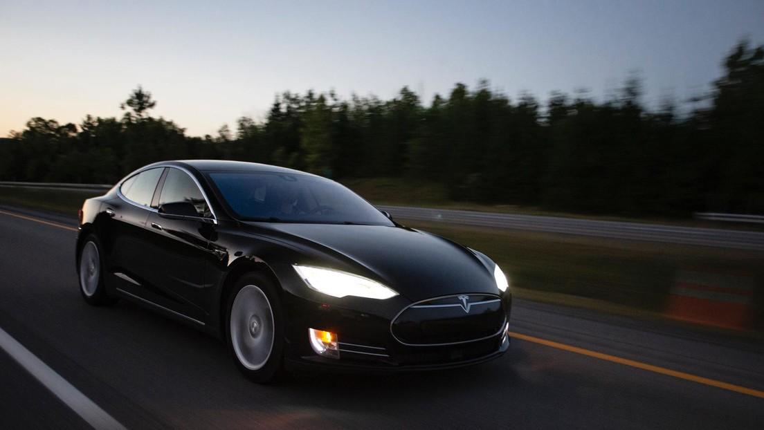¿Un Tesla submarino? Bloguero decide probar bajo el agua el modelo más rápido de esa compañía (VIDEO)