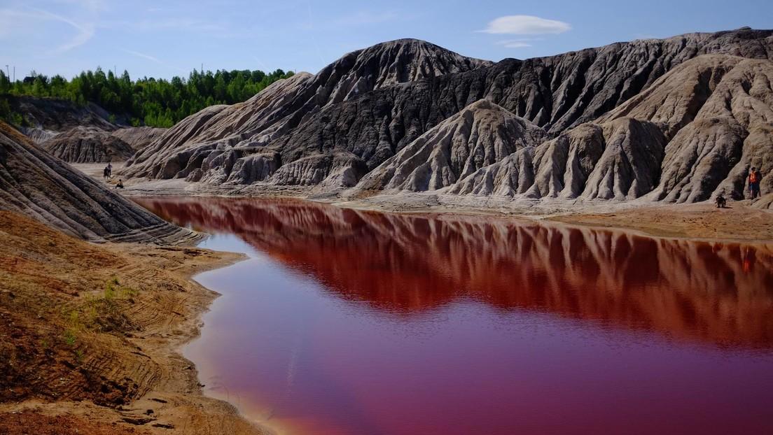 FOTOS: Un estanque se tiñe de rojo cerca del mar Muerto por una causa desconocida