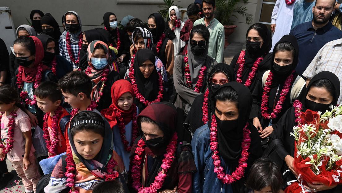 Integrantes de diferentes categorías de la selección femenina de fútbol de Afganistán salen del país huyendo de los talibanes