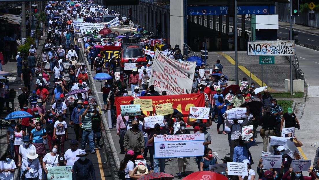 """""""Fuera dictadura"""" y """"No al bitcóin"""": Masivas protestas contra el Gobierno de Bukele en el Día de la Independencia de El Salvador"""