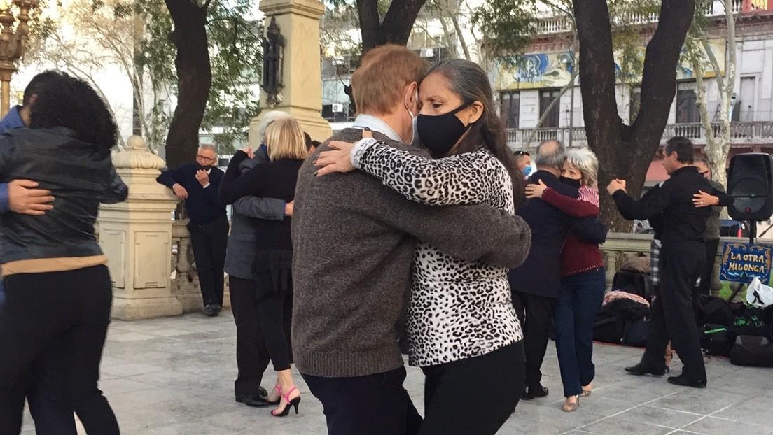 Al rescate de los abrazos, pero con barbijo: el tango comienza a revivir en Buenos Aires después del freno total por la pandemia