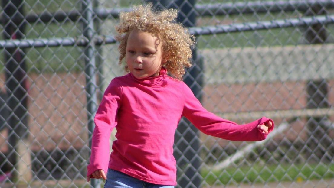 Un padre demanda a un distrito escolar en EE.UU. después de que una bibliotecaria le cortara el pelo a su hija birracial