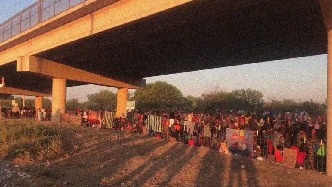 Prohíben los vuelos de drones sobre un puente en Texas tras difundirse imágenes aéreas de miles de migrantes en la zona