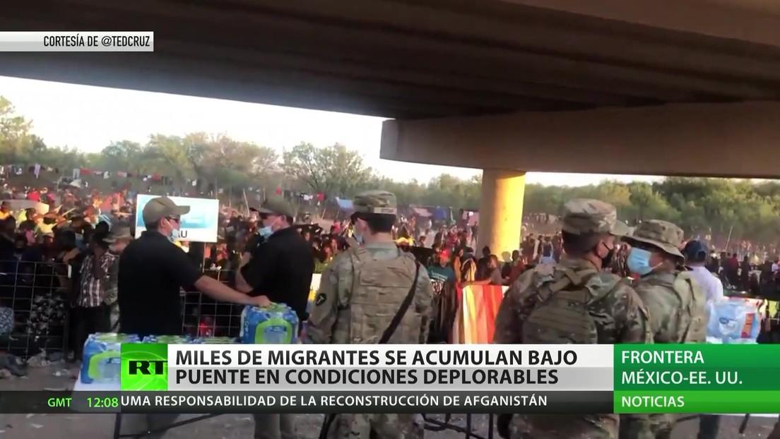 Miles de migrantes se acumulan bajo un puente en la frontera entre México y EE.UU. en condiciones deplorables