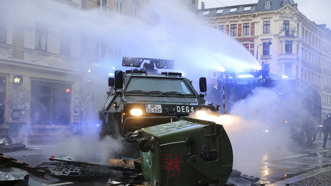 Participantes de una masiva protesta por la liberación de una joven activista en Alemania se enfrentan con la Policía (VIDEOS, FOTOS)