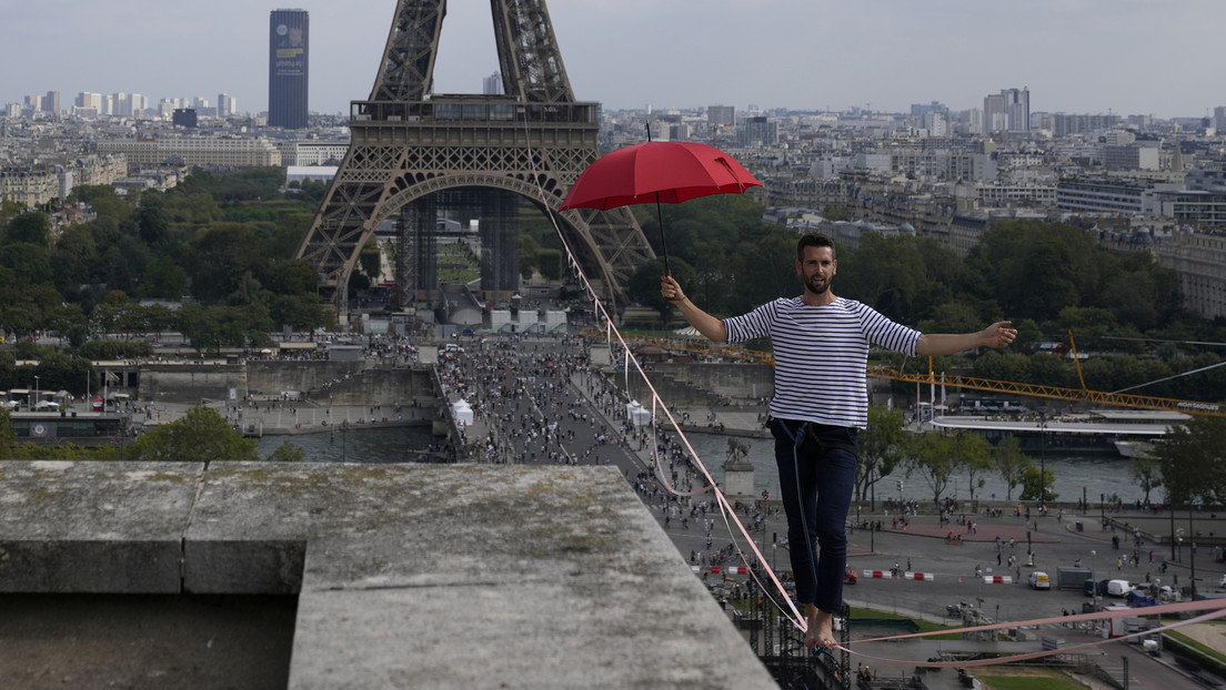VIDEO: Un funambulista francés cruza el río Sena sobre una cuerda a 70 metros de altura