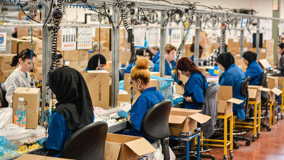 """Un'azienda britannica sceglie di lavorare una settimana di quattro giorni """"Aumenta la felicità dei dipendenti"""""""