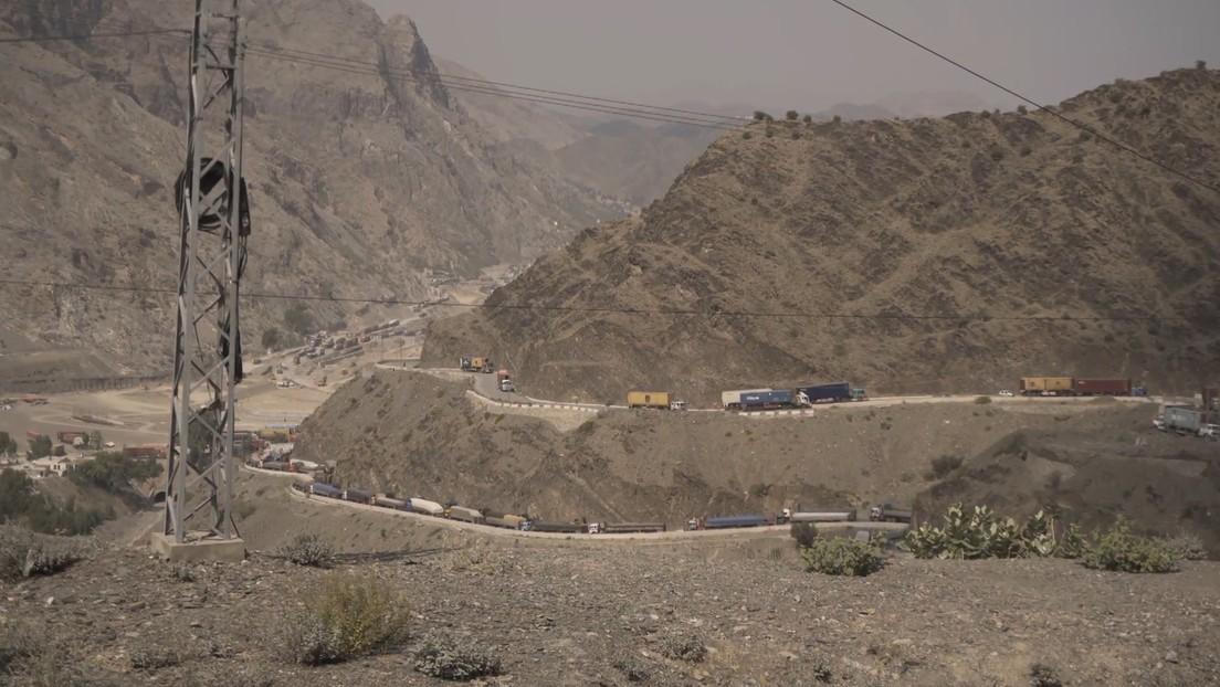 Atasco de varios kilómetros en la frontera entre Pakistán y Afganistán, donde muchos camiones llevan varados casi un mes