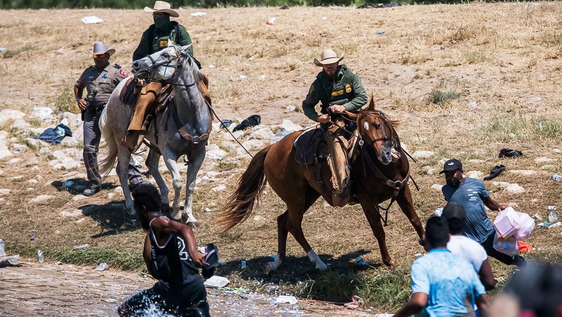 """Patrullas montadas de EE.UU. aparentemente amenazan con riendas a haitianos que cruzan el río Bravo y la Casa Blanca lo tilda de """"horrible de ver"""""""