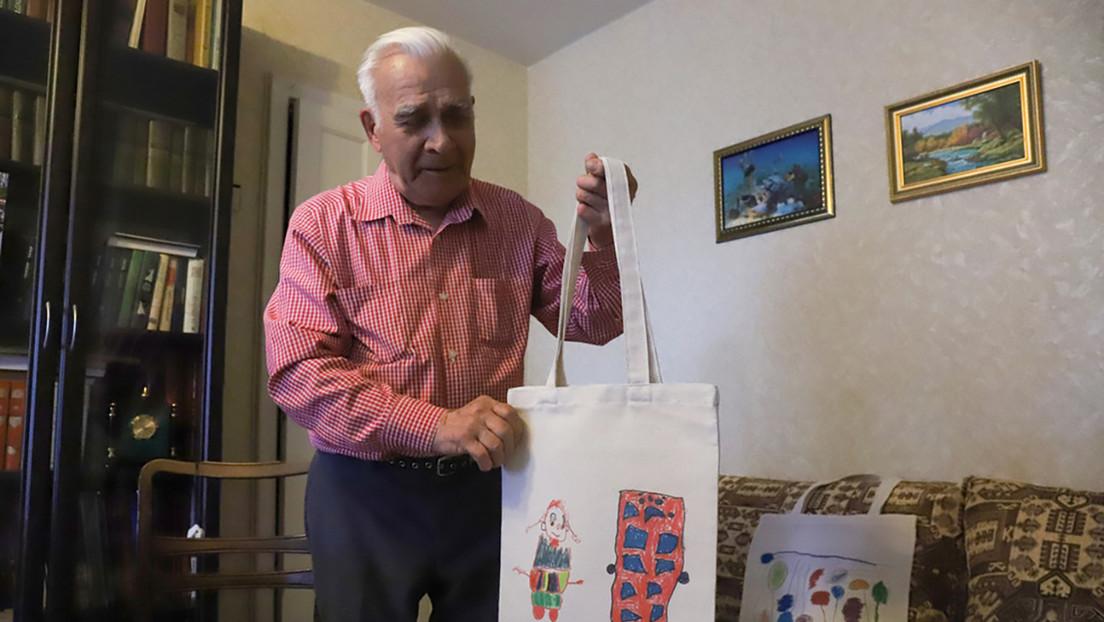 Un veterano ruso de 98 años cose bolsas de mercado para ayudar a niños con discapacidades