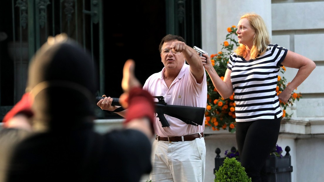 Misuri busca revocar la licencia de abogado a la pareja de San Luis que apuntó con armas a manifestantes de BLM