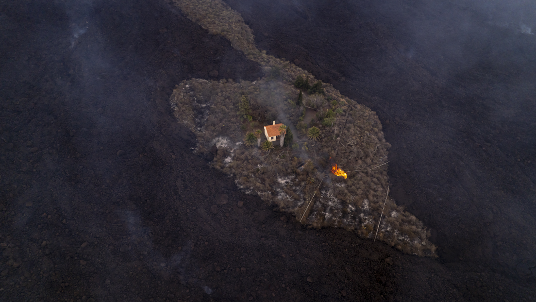 Captan desde el aire una casa rodeada por flujos de lava que evitó por poco ser tragada en medio de la erupción en La Palma