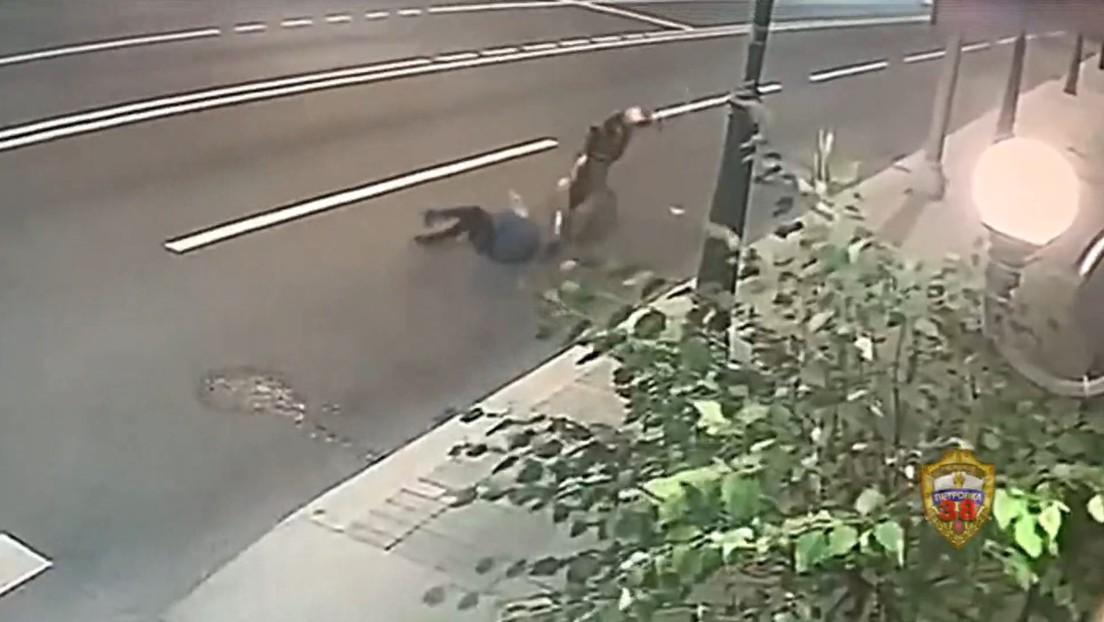 VIDEO: Una anciana forcejea con un ladrón en Moscú y consigue evitar el robo de su bolsa
