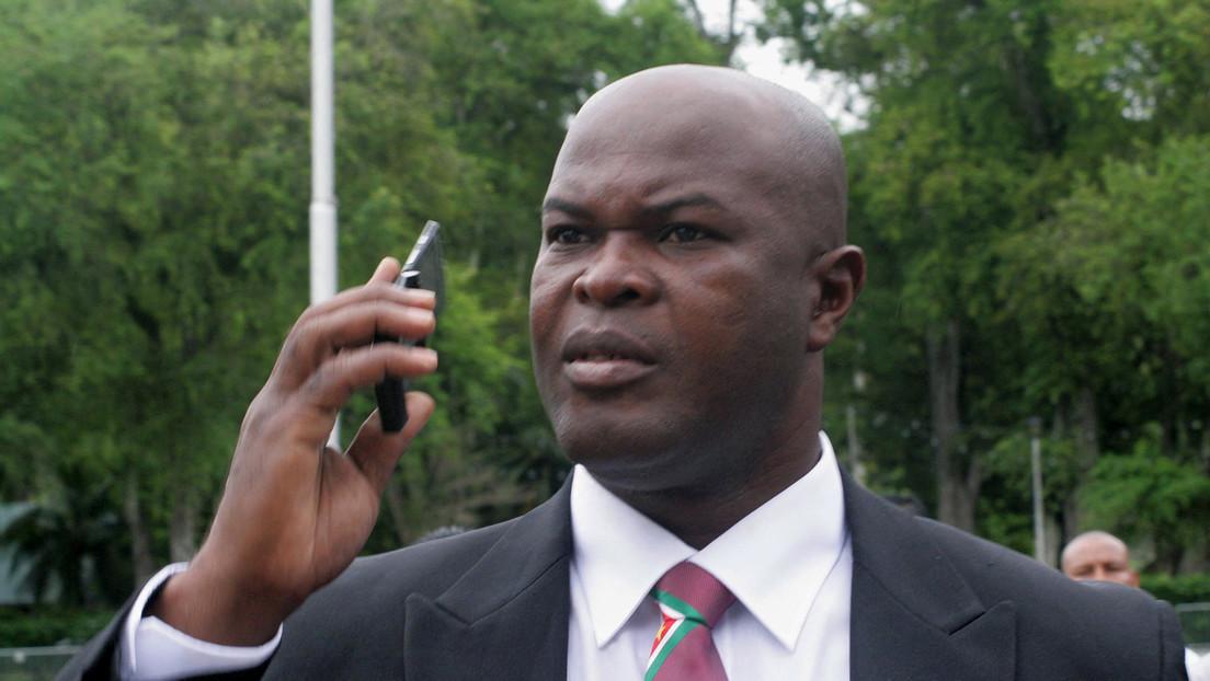 Vicepresidente de Surinam de 60 años y dueño de un club de la Concacaf se nombra capitán, sale a la cancha y luego reparte dinero en el camerino rival