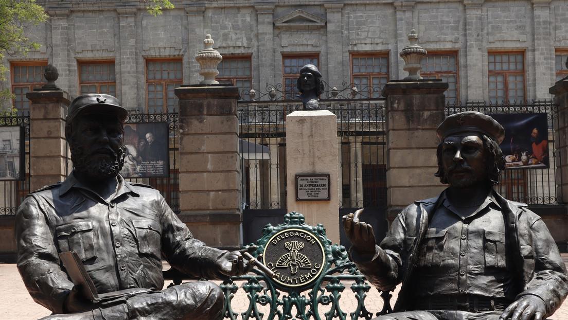 Detienen a dos hombres por lanzar pintura blanca y vandalizar la escultura de Fidel Castro y el Che Guevara en México