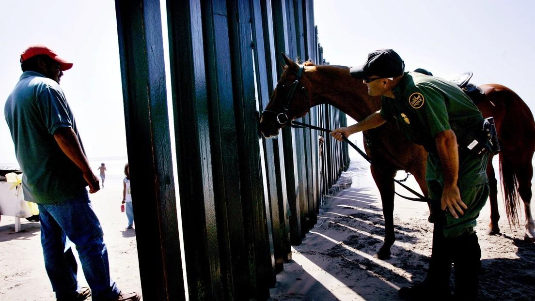 EE.UU. suspende temporalmente a la patrulla a caballo en la frontera con México tras agresión a migrantes