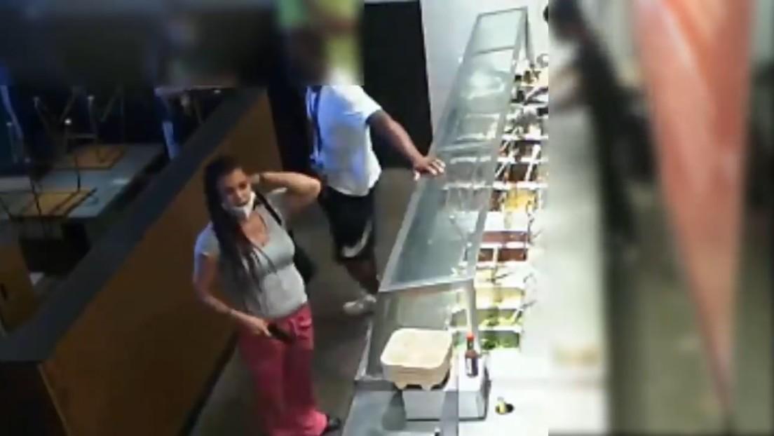 VIDEO: Una mujer amenaza con una pistola a los empleados de un restaurante por no tomar su pedido