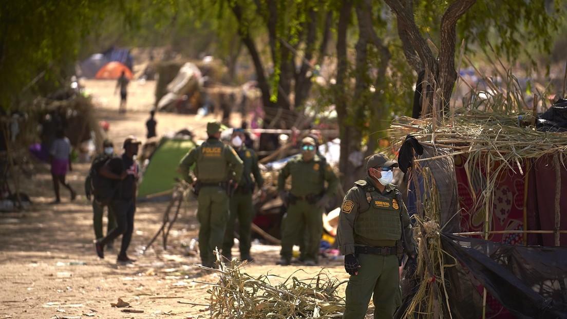 Desalojan por completo un campamento de migrantes haitianos en Texas