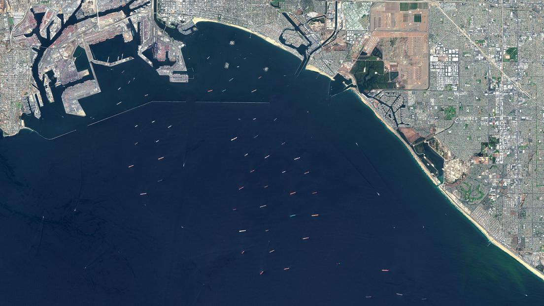 Captan desde el espacio una enorme fila de buques portacontenedores cerca de las costas de California: ¿a qué se debe?