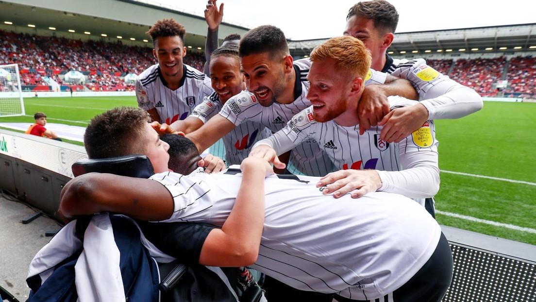 VIDEO: Jugadores del Fulham apoyan a un hincha de 13 años con parálisis cerebral víctima de burlas en redes sociales (y hasta celebran un gol con él)