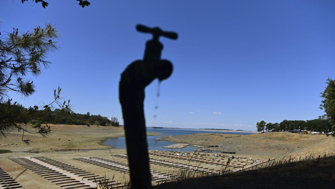"""""""Una injusticia de proporciones inigualables"""": En medio de la sequía, una familia de multimillonarios controla un banco de agua crítico en California"""