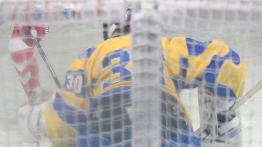 """Una estrella ucraniana de hockey realiza un gesto racista """"inaceptable"""" a un rival de 'comer un plátano' y se enfrenta a una sanción"""