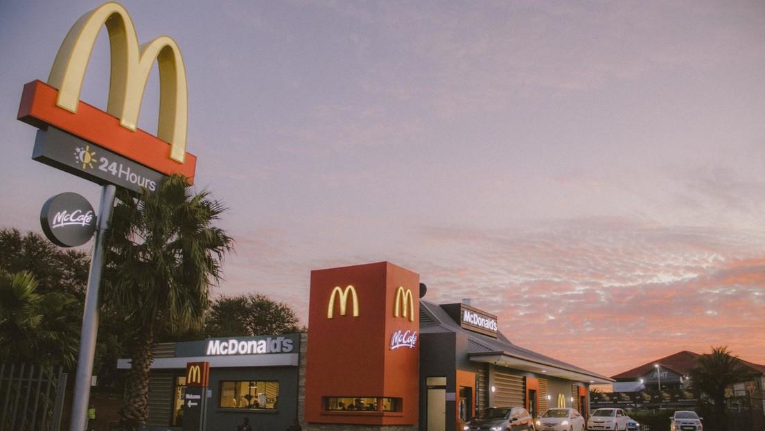 VIDEO: Un trabajador de McDonald's se venga de un cliente poniéndole salsa agridulce en su helado