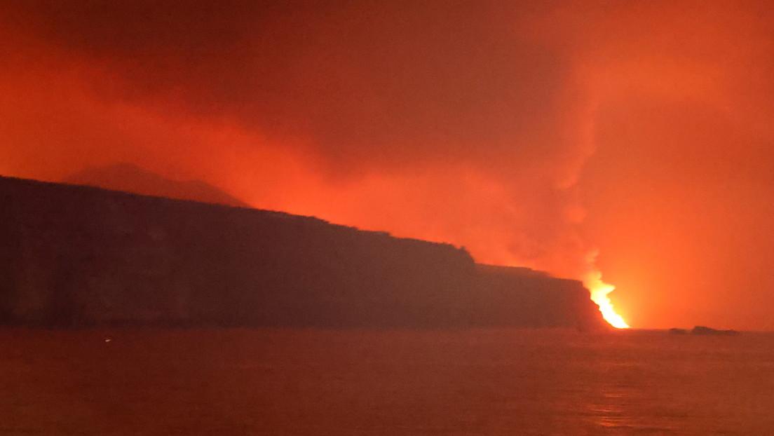 La lava del volcán de la isla canaria de La Palma llega al mar (VIDEOS)