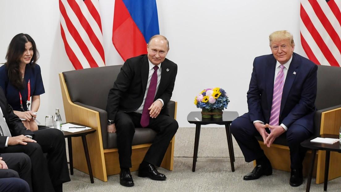"""Exvocera de la Casa Blanca revela que sospechaban que Putin escogió a una intérprete bella en una cumbre para """"distraer"""" a Trump y el Kremlin responde"""