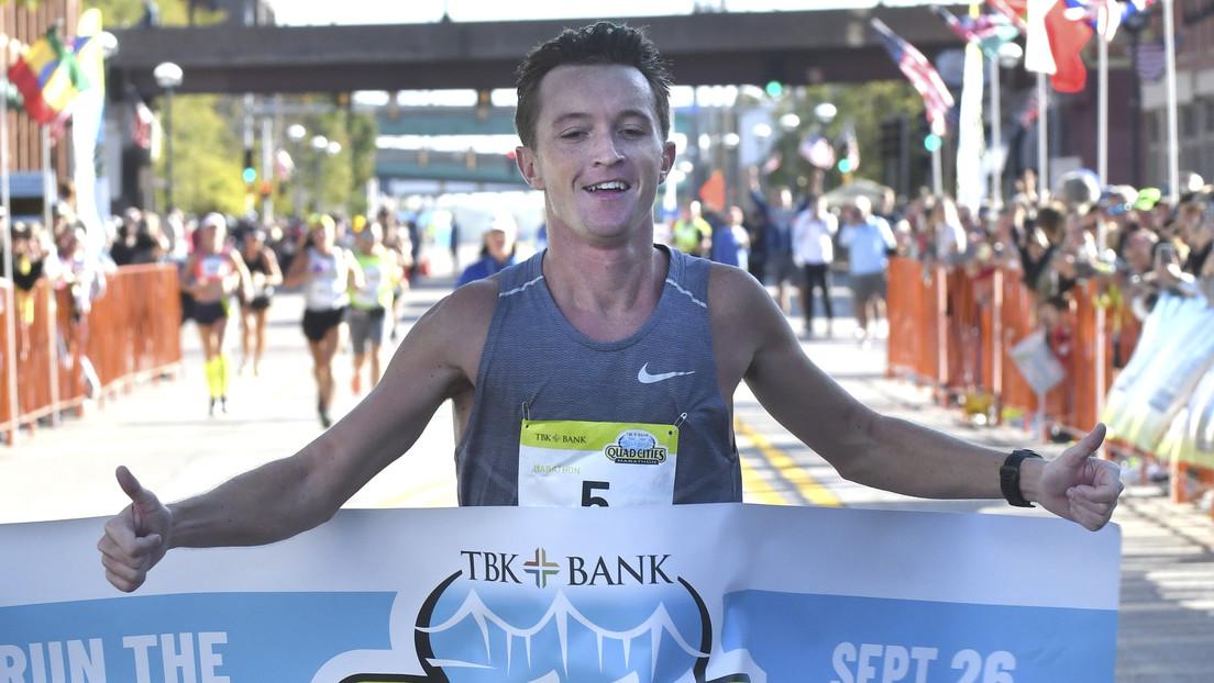 Un profesor gana una importante maratón de EE.UU. después de que dos atletas profesionales se desviaran...