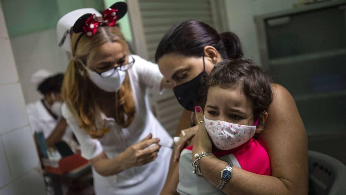 Ein Mädchen erhält eine Dosis des Impfstoffs Soberana-02 in Havanna, Kuba, 16. September 2021. | Bildquelle: https://t1p.de/379h © RT | Bilder sind in der Regel urheberrechtlich geschützt