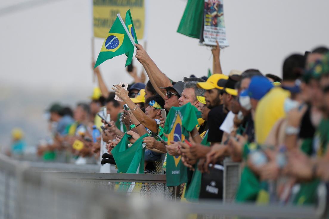 Las tensiones (y rumores de golpismo) que rodean la movilización masiva con la que Bolsonaro mide fuerzas y desafía a la oposición en Brasil