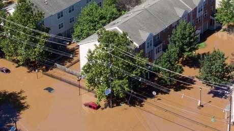 VIDEO: Un flujo de agua rompe el muro de una vivienda en Nueva Jersey y arrasa con el sótano donde se encontraban dos personas