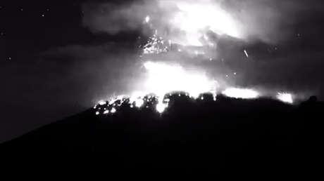 El volcán Popocatépetl entra en erupción y lanza fumarola con fragmentos incandescentes (VIDEO)