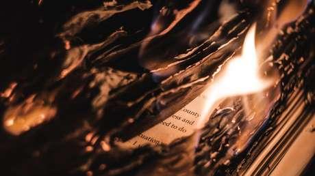 """En Canadá quemaron y retiraron 5.000 libros, incluidos 'Tintín' y 'Astérix', por sus contenidos """"obsoletos e inapropiados"""" hacia los indígenas"""
