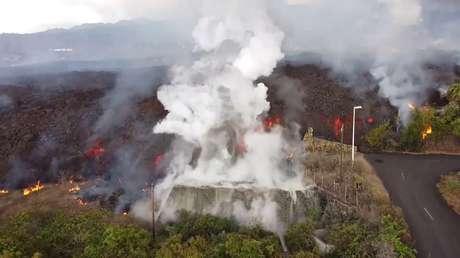 Una montaña de lava destruye una zona residencial de La Palma, se vierte en una piscina y hace 'hervir' el agua (VIDEO)
