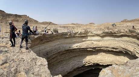 """Descienden por primera vez al fondo del """"Pozo del Infierno"""" de Yemen, que tendría """"millones"""" de años, y cuentan qué encontraron en su interior"""