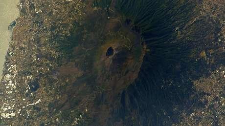 Publican una fascinante foto del Vesubio, uno de los volcanes más mortíferos de la historia, sacada desde el espacio