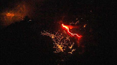 FOTO: Captan desde el espacio el paisaje nocturno de la isla de La Palma cubierta por lava incandescente