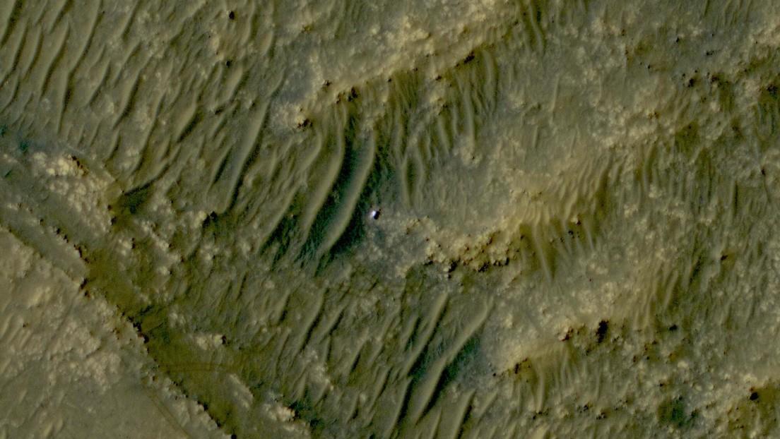Una sonda fotografía desde la órbita de Marte al róver Perseverance trabajando en la superficie del planeta rojo
