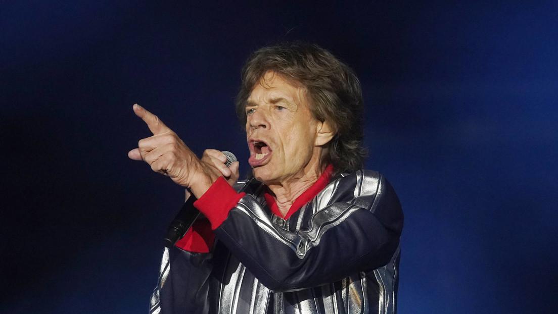 FOTO: Mick Jagger visita un bar con fanáticos de los Rolling Stones pero nadie lo reconoce