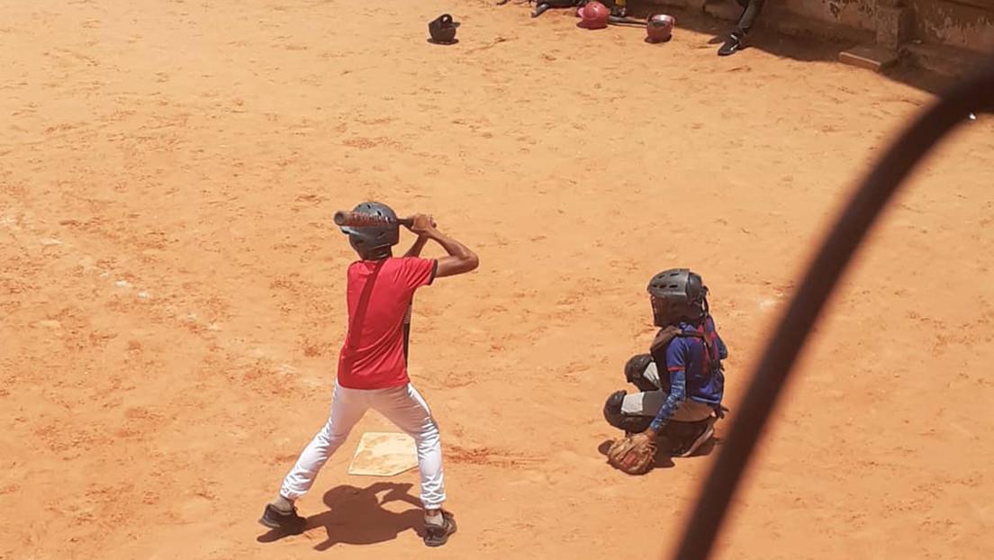 La historia detrás del joven venezolano que fabrica chanclas con material reciclado y sueña con calzarse unos 'spikes' en el béisbol profesional