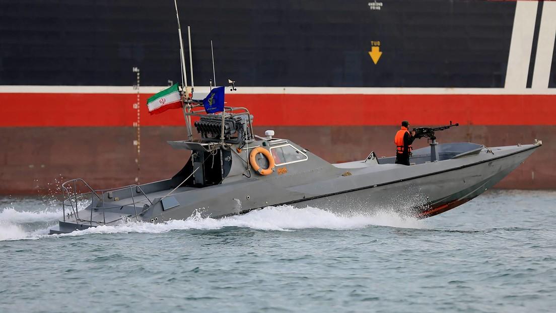 """VIDEO: Irán muestra cómo sus lanchas rápidas """"persiguen embarcaciones estadounidenses"""" en el golfo Pérsico"""