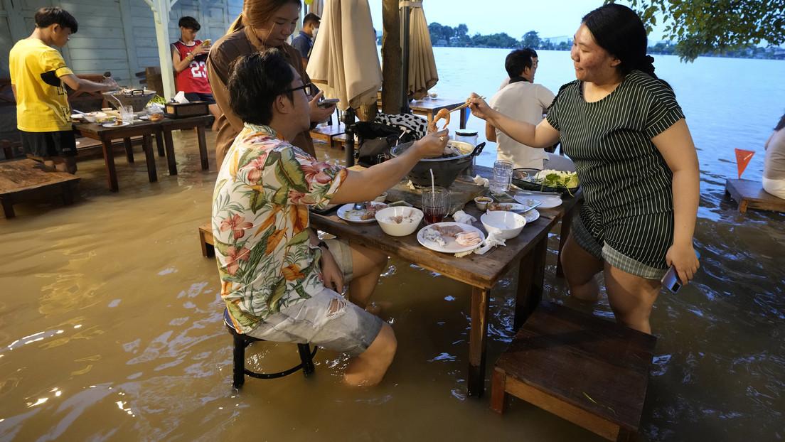 Un restaurante tailandés queda inundado y de pronto se convierte en un insólito lugar para los amantes de la gastronomía
