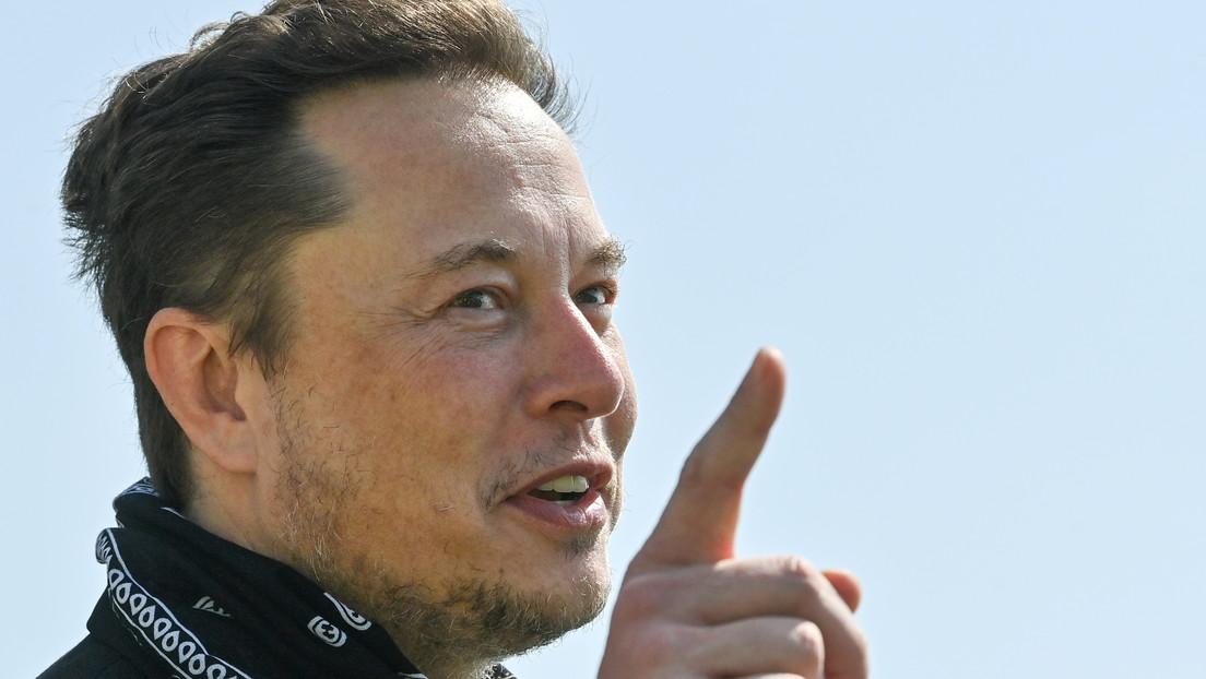 Elon Musk presenta su nueva cerveza 'GigaBier' con un envase inspirado en la camioneta eléctrica Cybertruck