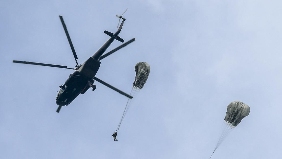 Soldado colombiano sobrevive de milagro a la caída desde un helicóptero  tras el fallo de su paracaídas (y el momento queda grabado) - RT