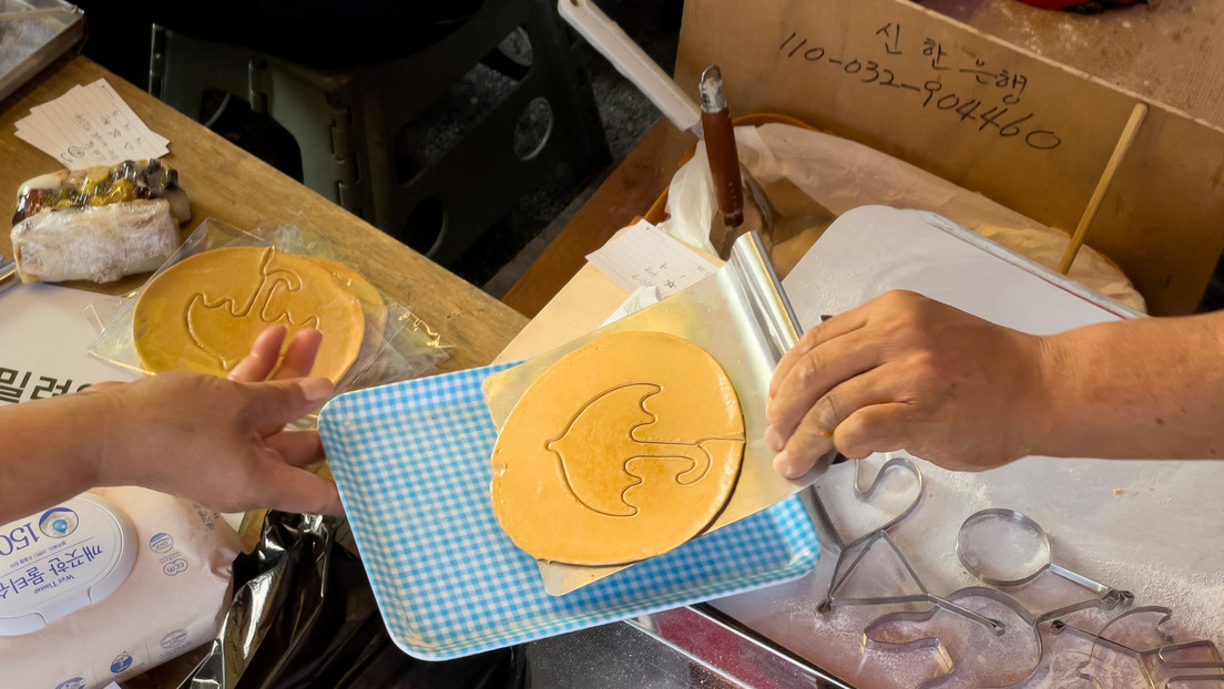 Filas de seis horas: las ventas de un puesto de galletas se disparan tras el éxito de la serie 'El juego del calamar'
